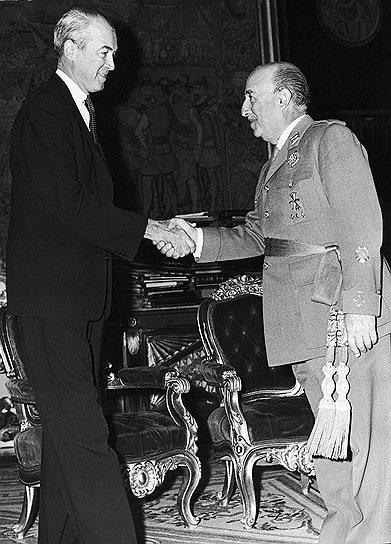 Одним из увлечений генералиссимуса Франко было кино. Он даже встречался с актерами, например, в 1959 году принимал в своей резиденции в Мадриде лауреата премии «Оскар» Джеймса Стюарта (на фото). При этом Франко не любил читать: в его мадридском дворце не было библиотеки, зато был великолепно оснащенный кинозал