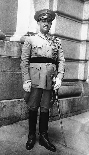 Франсиско Франко родился 4 декабря 1892 года в испанском городе Ферроль в семье потомственных военных. Последовав семейной традиции, в 1910 году окончил Пехотную академию, получив звание лейтенанта