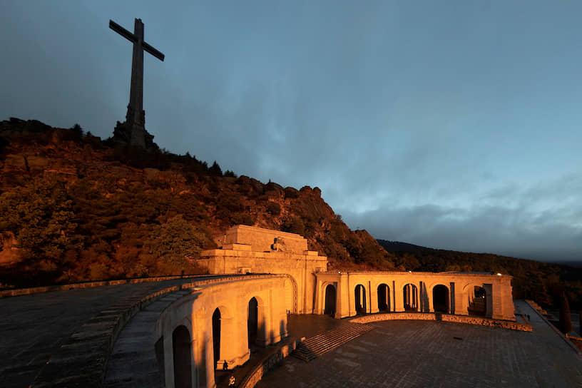 Генералиссимус был похоронен в Долине павших — мемориале, сооруженном в 1940-х годах по приказу Франко в память о героях гражданской войны