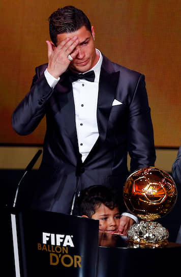 Роналду становился обладателем престижной награды «Золотой мяч» пять раз за свою карьеру, больше «мячей» только у Лионеля Месси (шесть)