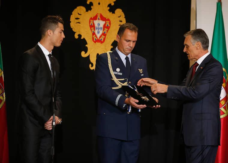 В 2014 году президент Португалии Анибал Каваку Силва (на фото справа) вручил футболисту награду за заслуги перед страной — орден Инфанта дона Энрике