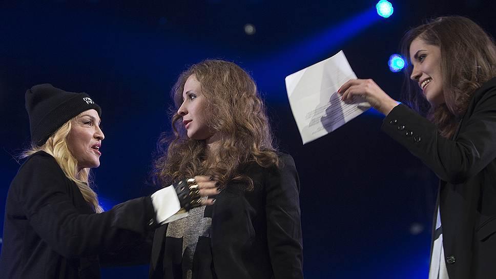 Благотворительный правозащитный концерт в Нью-Йорке, устроенный организацией Amnesty International. Слева направо: певица Мадонна, участницы Pussy Riot Мария Алехина и Надежда Толоконникова