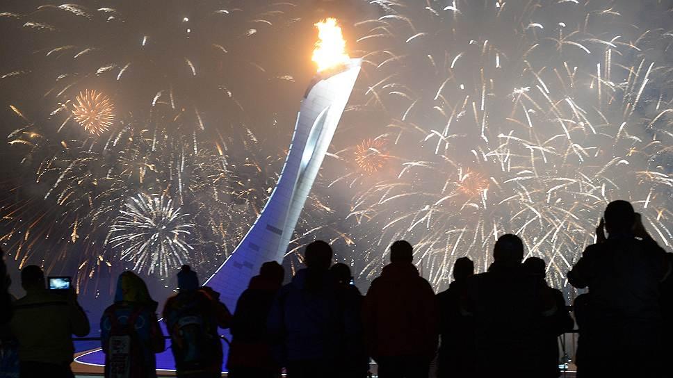 После зажжения олимпийского зрители и участники зимних Игр увидели праздничный салют