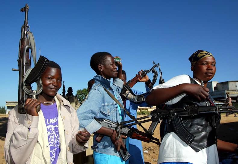 По данным доклада ЮНИСЕФ, большинство конголезских детей страдает от посттравматического стресса: более 70% опрошенных стали свидетелями смерти своих родственников. Почти все дети были свидетелями актов насилия. Около 90% опрошенных детей считают, что погибнут в ходе вооруженного конфликта<br> На фото: солдаты «Конголезского патриотического союза» на улицах города Буниа