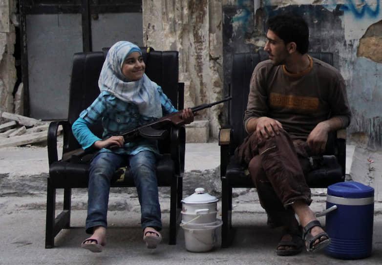 В Палестине многие дети перестают посещать школы, потому что они разрушены, а учителя уехали из региона. Кроме того, различные вооруженные группировки, захватывающие власть, запрещают школьное образование для девочек