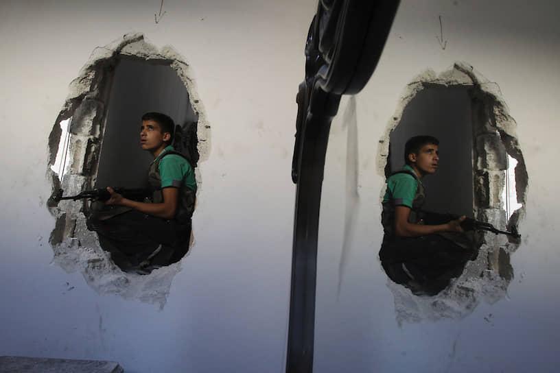 Усилиями гуманитарных организаций и правительственных войск с 2000 года удалось освободить более 130 тыс. детей-солдат<br> На фото: 15-летний солдат «Свободной сирийской армии» на огневой позиции во время боевых действий в Алеппо