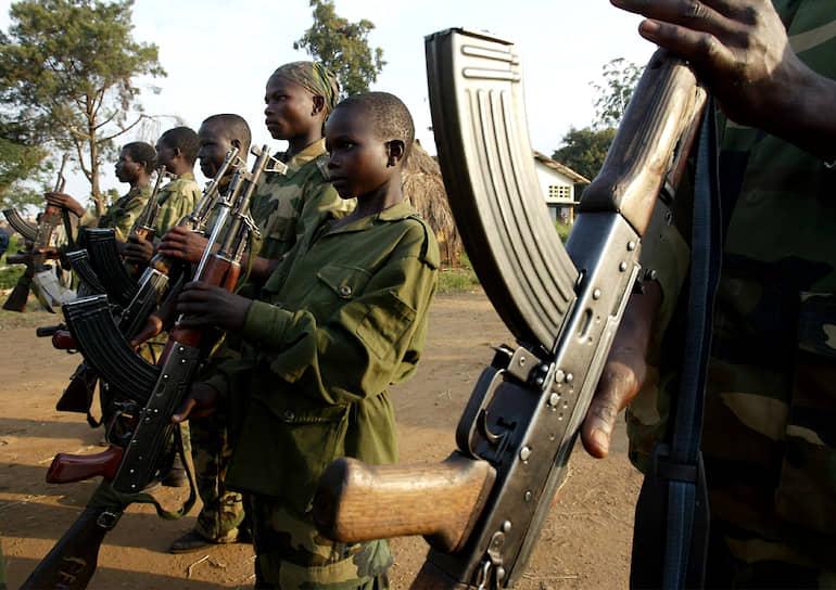 В Сомали детей вербуют в солдаты радикальные исламисты. Например, в 2016 года группировка «Аш-Шабаб» вынудила старейшин в области Гальгадуд предоставить детей в ее распоряжение, в результате чего было завербовано около 100 мальчиков. Почти половину из завербованных детей, как правило, продают в рабство