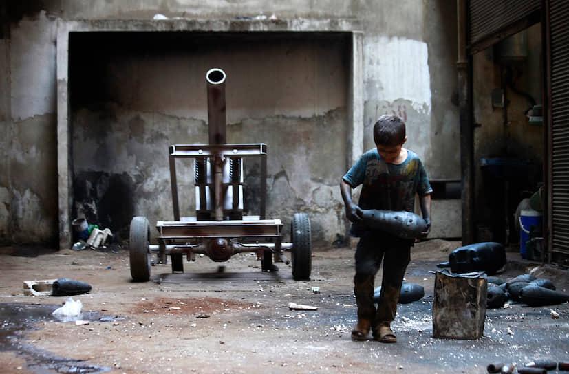 Согласно последнему докладу ООН «Дети и вооруженные конфликты», в 2019 году в список стран, в которых распространена практика привлечения детей в качестве солдат, попали Сомали, Йемен, Демократическая Республика Конго, ЦАР, Афганистан, Ирак, Ливия, Мали, Нигерия, Сирия<br>  На фото: 10-летний ребенок, вместе с отцом работавший на оружейном заводе повстанцев в сирийском Алеппо