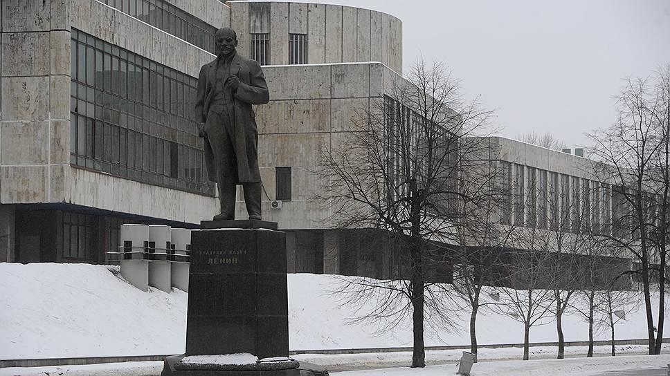 На въезде с Третьего транспортного кольца (ТТК), почти сразу после центральной проходной, стоит памятник Ленину. За ним высится похожее на гору серое здание — кузовной цех, который пока планируют реконструировать и превратить в культурный центр. Здесь начинается главный бульвар ЗИЛа