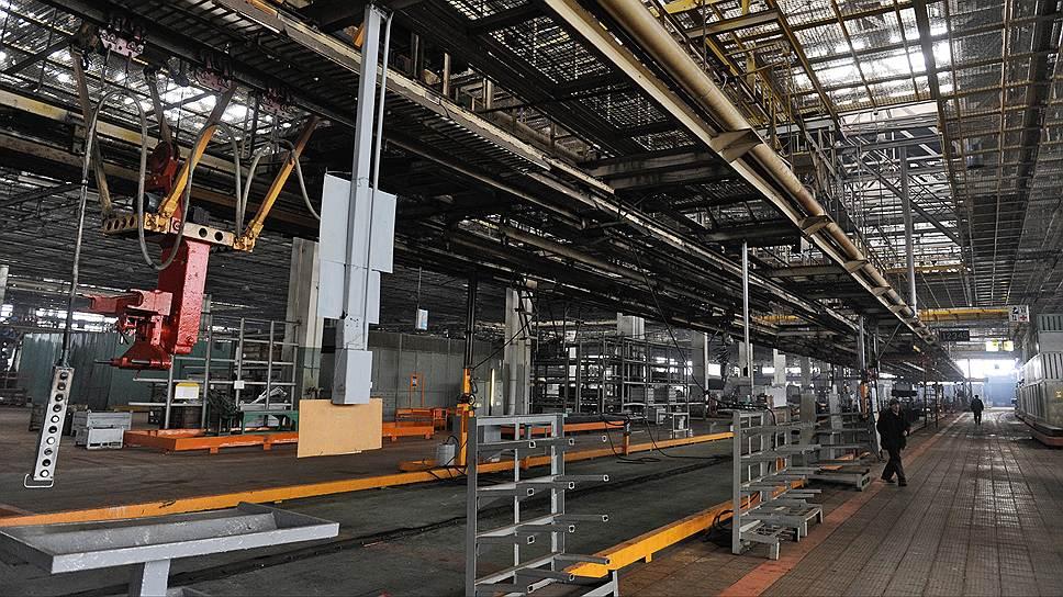 В годы расцвета ЗИЛа, конец 1970-х — начало 1980-х годов, на заводе ежегодно выпускалось около 200 тыс. машин, а работало около 80–85 тыс. человек. Тогда 700-метровый конвейер, за которым стояло около 1,2 тыс. рабочих, грузовик проходил в среднем за 1,5 минуты. Окончательно конвейер был остановлен в конце 2013 года