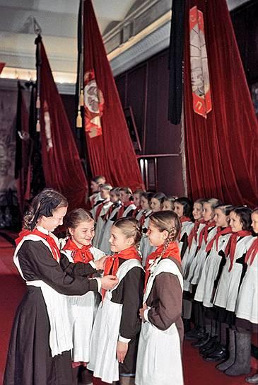 Непременным атрибутом каждого пионера был красный галстук. Его отцом принято считать одного из создателей пионерской организации и отечественного идеолога скаутизма Иннокентия Жукова. Сначала ярко-красные галстуки делали из жесткой хлопчатобумажной ткани. Позднее они стали оранжево-красными и шились из ацетатного шелка на швейных фабриках Советского Союза. Стоил галстук 58 копеек