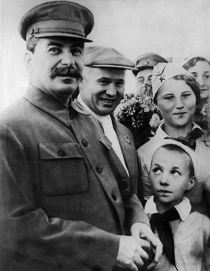 Пионерская организация была учреждена 19 мая 1922 года. Но еще с 1909 года в России появились отряды скаутов, помогавшие детям, в том числе и бездомным, учиться, решать семейные проблемы <br>На фото: Иосиф Сталин и Никита Хрущев в окружении пионеров на Щелковском аэродроме