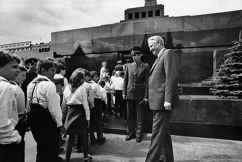 В 1990 году на Х всесоюзном слете в «Артеке» было принято решение о преобразовании Всесоюзной пионерской организация имени Ленина в международный Союз пионерских организаций — Федерацию детских организаций. При этом отменялась структура и символика пионерского движения