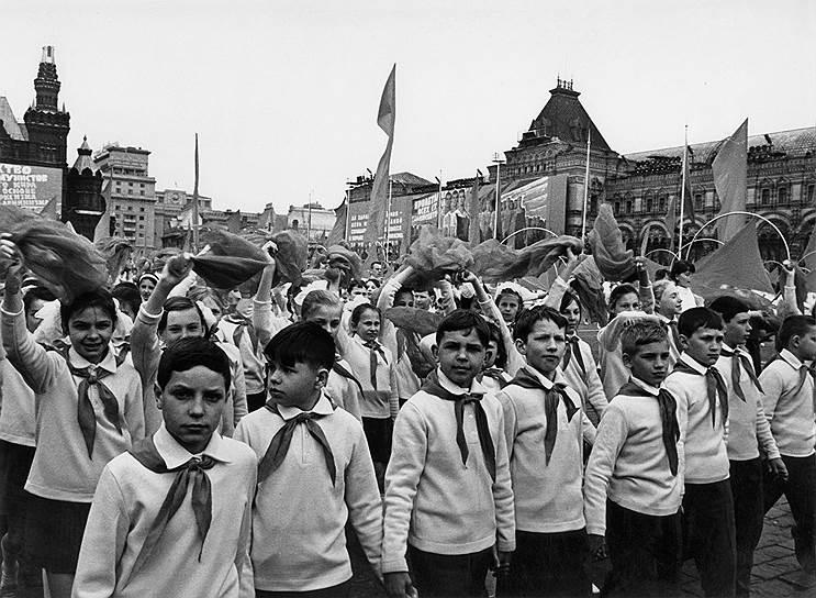 Движение в пионерской организации начиналось с поступлением в школу, когда ребенка принимали в октябрята. В девять лет школьника посвящали в пионеры. Завершающим этапом социального становления школьника считалось вручение комсомольского значка и посвящение в комсомольцы