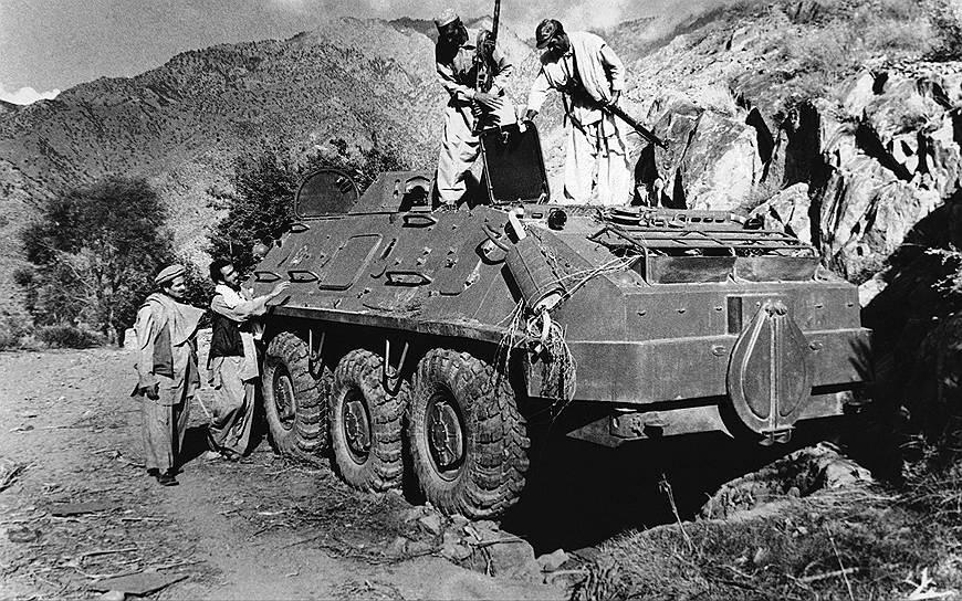 В Афганистане начали появляться вооруженные формирования моджахедов, радикально настроенных сторонников исламской идеологии, которых поддерживала часть местного населения, а также США, Пакистан, Китай, Саудовская Аравия. Симпатии же СССР были преимущественно на стороне умеренного крыла НДПА «Парчам», но, при этом советское руководство поддерживало отношения и с «Хальком»