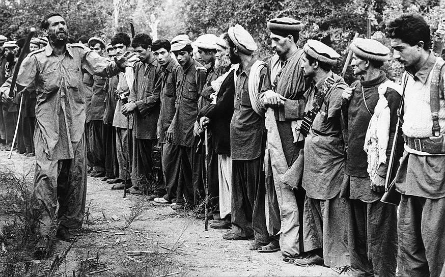 В сентября 1979 года лидер «Халька» Нур-Мухаммед Тараки был арестован, а затем убит Хафизуллой Амином, что вызвало серьезное беспокойство у руководства СССР. В результате было принято решение подготовить свержение Амина и заменить его более лояльным лидером — Бабраком Кармалем, которому симпатизировал председатель КГБ Юрий Андропов