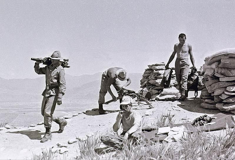 По официальной версии, Борис Громов последним пересек пограничную реку Амударья, однако на самом деле в Афганистане еще оставались пленные советские военнослужащие, а также пограничники, которые прикрывали вывод войск.<br> «Афганские солдаты были очень насторожены, когда нас провожали, некоторые едва не плакали. По нашим следам уже шли моджахеды, захватывали оставленные посты и заставы, и было видно, что республиканская власть обречена», — рассказывает о выводе советских войск из Афганистана полковник запаса Олег Кривопалов