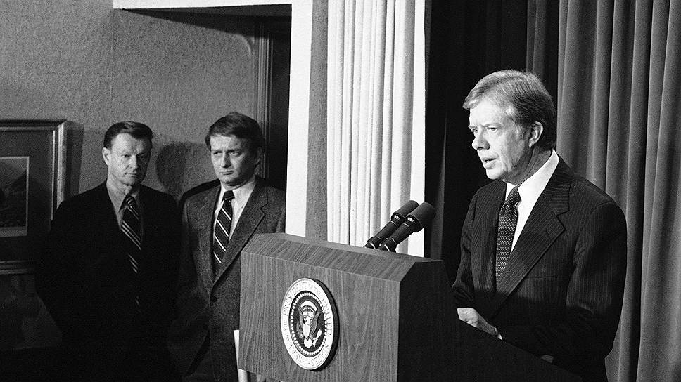 Первую просьбу о прямом военном вмешательстве в конфликт СССР получил в марте 1979 года, но ответил отказом. Однако после мятежа в городе Герате советское руководство приняло решение усилить войска у афганской границы, а также начать подготовку к возможному десантированию в Афганистан воздушно-десантной дивизии. Президент США Джимми Картер (на фото справа), в свою очередь, подписал указ, санкционирующий финансирование антиправительственных сил в стране