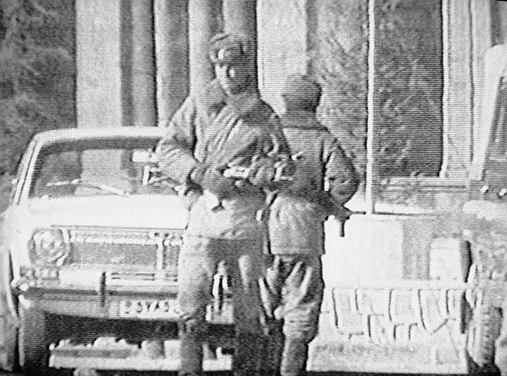 Решение о вводе советских войск в Афганистан было принято 12 декабря 1979 года. 20 декабря в Кабул был переброшен так называемый «мусульманский батальон», состоящий из советских военнослужащих среднеазиатского происхождения, которые вошли в бригаду охраны дворца Амина. Для последующего штурма дворца в Афганистан также прибыли спецгруппы КГБ СССР