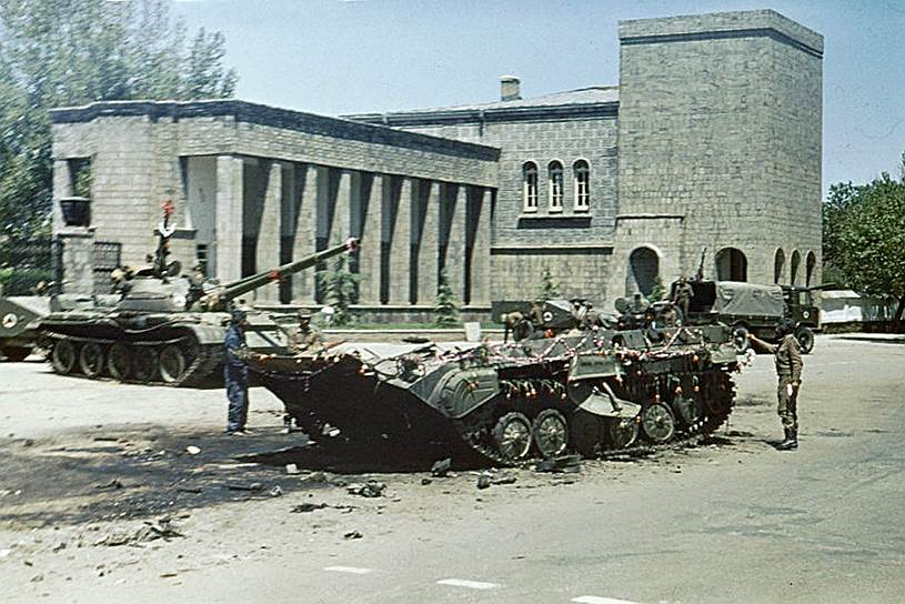 В апреле 1978 года в Афганистане произошла Саурская революция, в результате которой был свергнут диктаторский режим президента Мухаммеда Дауда, а сам президент и члены его семьи были убиты. К власти пришла Народно-демократическая партия Афганистана, провозгласившая страну Демократической Республикой Афганистан