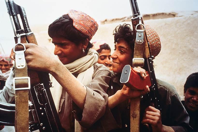 В мае 1986 года  место Бабрака Кармаля занял Мохаммад Наджибулла, ранее возглавлявший  афганскую контрразведку ХАД. В конце года пленум ЦК НДПА (Народно-демократической партии Афганистана) провозгласил курс на политику национального примирения и выступил за скорейшее прекращение гражданской войны