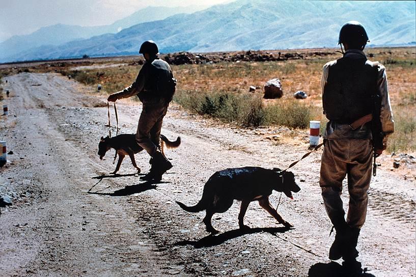 В период с апреля 1985 по январь 1987 годов советское руководство осуществило переход от активных действий в Афганистане преимущественно к поддержке войск советской авиацией, артиллерией и саперными подразделениями. Вместе с тем, подразделения спецназначения продолжали вести борьбу по пресечению доставки в Афганистан оружия и боеприпасов из-за рубежа
