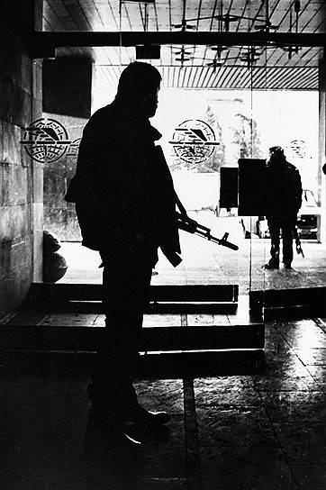 20 февраля 1988 года населенный преимущественно армянами Нагорный Карабах заявил о своем выходе из состава Азербайджана. 10 декабря 1991 года прошел референдум, по результатам которого 99,89% населения высказались за полную независимость от Азербайджана. Официальный Баку признал данный акт незаконным и упразднил существовавшую в советские годы автономию Карабаха. Несколько дней спустя распался СССР. Все эти события спровоцировали вооруженный конфликт, в ходе которого Азербайджан пытался удержать Карабах, а армянские отряды отстаивали независимость края при поддержке Еревана и армянской диаспоры из других стран