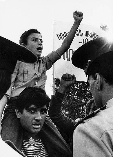 28 августа 1991 года Азербайджан провозгласил независимость. Спустя четыре дня в границах Нагорно-Карабахской автономной области и населенного армянами прилегающего Шаумяновского района Азербайджанской ССР была образована Нагорно-Карабахская Республика. В сложившихся условиях ничто не помешало армянским боевым отрядам развернуть наступательные операции по освобождению депортированных в мае-июле 1991 года армянских сел Нагорного Карабаха