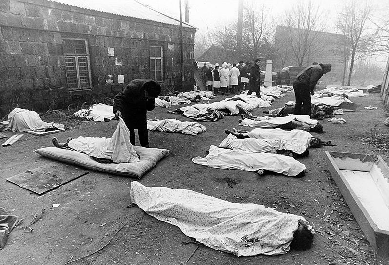 В ходе трехлетней войны между Азербайджаном, Нагорным Карабахом и поддерживающей его Арменией стороны потеряли убитыми от 15 тыс. до 25 тыс. человек, более 25 тыс. получили ранения, сотни тысяч мирных жителей покинули места проживания