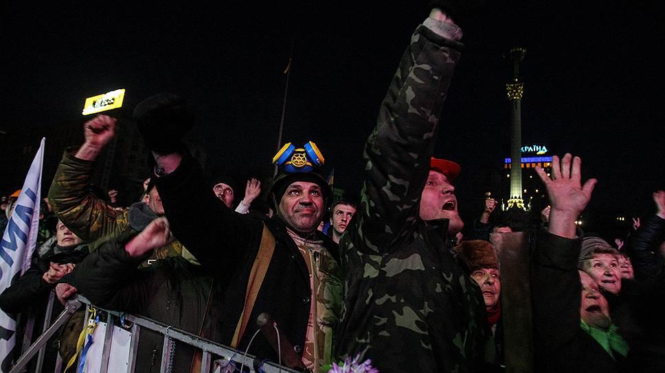Реакция протестующих на Майдане на новости о принятии Конституции Украины в редакции 2004 года