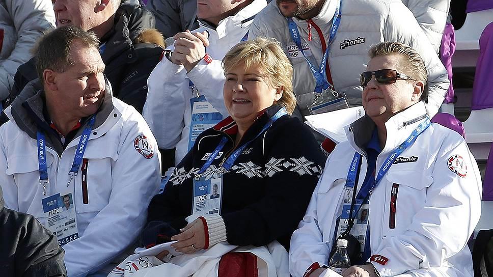 Премьер-министр Норвегии Эрна Солберг (в центре) и кронпринц Норвегии Хокон (во втором ряду справа) во время лыжных соревнований