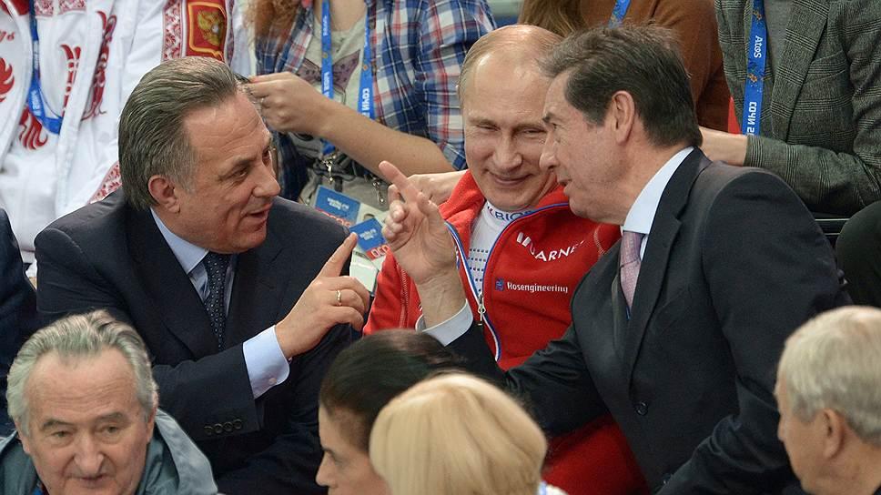 Министр спорта России Виталий Мутко (слева), президент России Владимир Путин (в центре) и президент Международного союза конькобежцев Оттавио Чинкванта во время командных соревнований по фигурному катанию