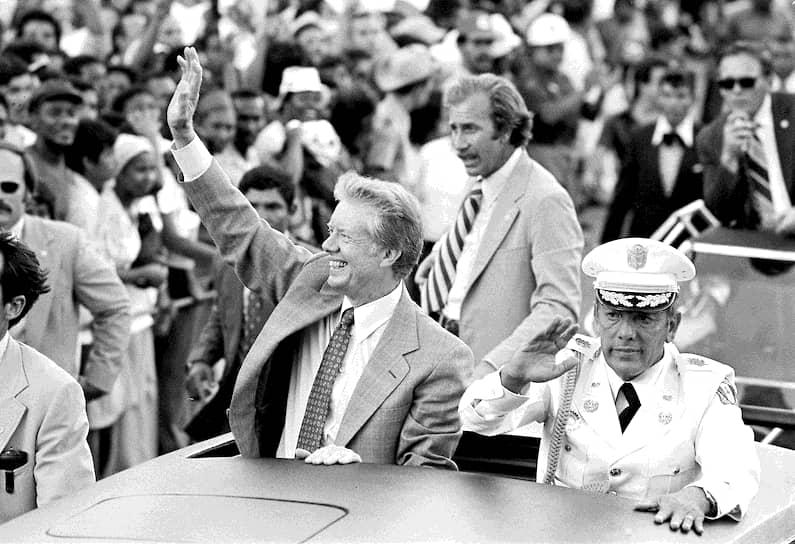 Руководитель Панамы Омар Торрихос (на фото с президентом США Джимми Картером) погиб в авиакатастрофе 31 июля 1981 года. Спустя два года причиной катастрофы была признана ошибка пилота. Однако семья погибшего президента обвинила во всем ЦРУ