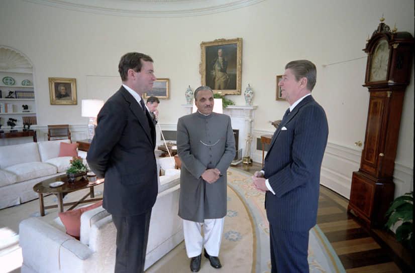 Президент Пакистана (с 1978 по 1988 год) Мохаммад Зия-уль-Хак (на фото в центре) погиб 17 августа 1988 года, не долетев до Исламабада. Причина катастрофы осталась неизвестна