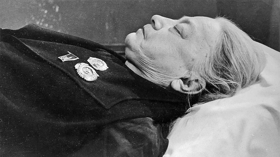Смерть Крупской многие историки считают достаточно загадочной. Днем 24 февраля 1939 года к ней приехали друзья. Вечером того же дня она почувствовала себя плохо. Вызванный врач приехал только через три часа, поставил диагноз «острый аппендицит-перитонит-тромбоз», однако оперировать не стал. Спустя три дня Крупская умерла, как вспоминают близкие, в жутких мучениях