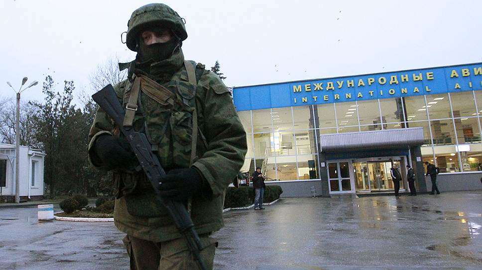 «Была попытка захвата аэропортов. Эта попытка была локализирована. Люди, которые туда пришли, сейчас стоят блок-постами вокруг аэропортов. Но фактически аэропорты контролируются правоохранительными органами Украины»,— заявил секретарь СНБО Украины Андрей Парубий