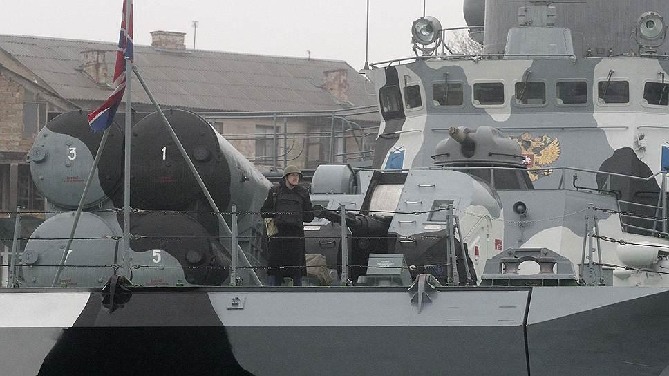 Минобороны Украины опровергло появившиеся ранее сообщения о том, что корабли ВМС страны, которые базируются в Севастополе, покидают бухту. «Все корабли Военно-Морских сил Вооруженных сил Украины, которые находятся на своей главной базе в Севастополе, не покидали Севастопольской бухты», — говорится в сообщении министерства