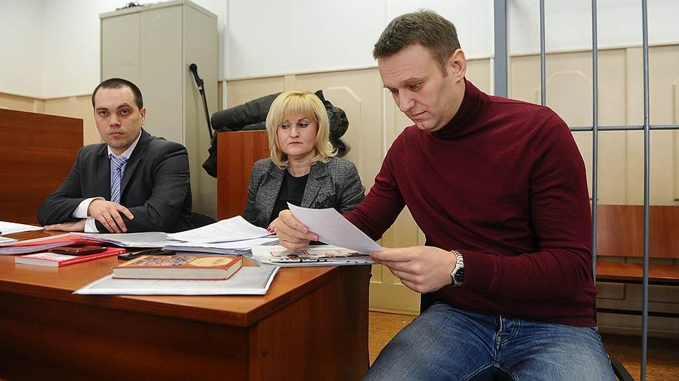 Заседание суда по рассмотрению ходотайства следствия изменить меру пресесчения Алексею Навальному (справа), который проходит обвиняемым по уголовному делу об «Ив Роше», с подписки о невыезде на домашний арест, в Басманном суде
