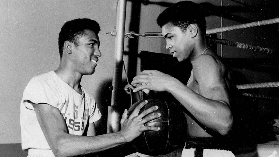 Перед тем как стать профессиональным боксером, Мохаммед Али (в то время еще Кассиус Клей) успел принять участие в Олимпийских играх 1960 года и завоевать золотую медаль в первом тяжелом весе. На родине, в Луисвилле, он был встречен как герой, однако расовая сегрегация в США все еще действовала. После того как сотрудники одного из местных ресторанов отказались обслужить спортсмена, он выбросил свою медаль, которую до этого никогда не снимал, с моста через реку Огайо На фото: 22-летний Кассиус Клей (справа) и его брат Рудольф, который часто выступал его спарринг-партнером