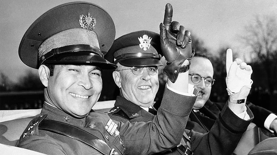 Фульхенсио Батиста (слева) родился 16 января 1901 года в крестьянской семье в кубинском городе Банес. В раннем возрасте будущий лидер Кубы работал на производстве сахарного тростника. Одновременно с этим он уделял большое внимание самообразованию, посещая  вечернюю школу. Переехав в Гавану в 1921 году, Батисте удалось поступить на службу в кубинскую армию, а через некоторое время возглавить тайную организацию «Военный союз Колумбии»