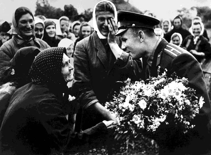 «Это не моя личная слава. Разве я бы мог проникнуть в космос, будучи одиночкой? Это слава нашего народа» <br>В конце апреля 1961 года Юрий Гагарин отправился в свое первое зарубежное турне, которое продолжалось два года и получило название «Миссия мира». Всего Юрий Гагарин в рамках заграничных визитов посетил около 30 стран. С ним встречались короли и президенты, политики, ученые, артисты, музыканты