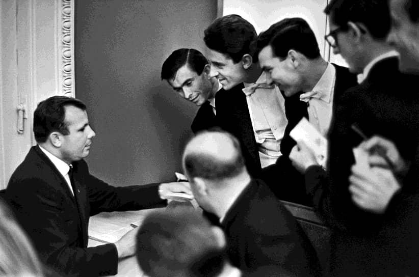 «В каждом советском человеке живет подвиг. Он естественен, и если надо, человек совершит этот подвиг» <br>Юрий Гагарин после своего полета получил множество наград. Среди них — Герой Советского Союза (1961), значок «Летчик-космонавт СССР» (1961), 1961), медаль «За освоение целинных земель» (1961), орден «За заслуги в области воздухоплавания» (Бразилия, 1961), медаль «Золотая звезда Героя Труда» (Вьетнам, 1962)  <br>На фото: Юрий Гагарин в театре La Scala в Милане