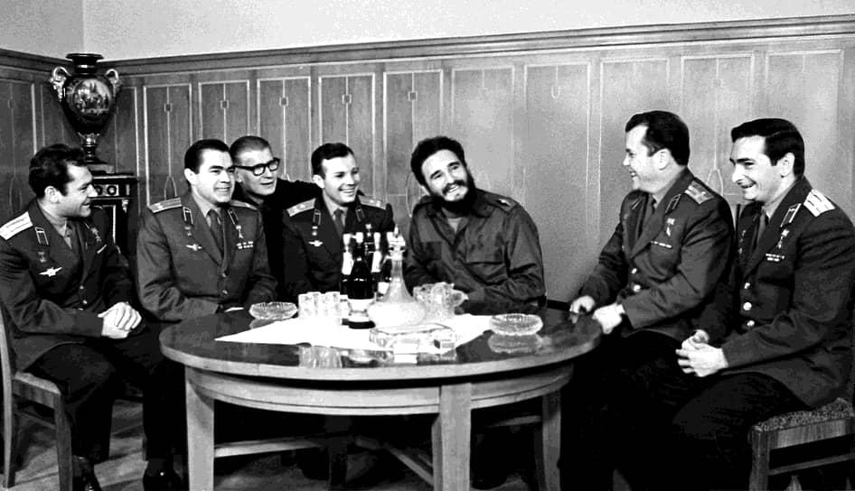"""«Главная сила в человеке — это сила духа» <br>Правительство Кубы незадолго до прибытия первого космонавта в страну учредило орден «Плайя-Хирон», который должен был быть вручен Фиделю Кастро как главнокомандующему революционными вооруженными силами. Но Кастро отказался от награды, объяснив, что «первый """"Плайа-Хирон"""" будет вручен первому космонавту в знак признания кубинцами больших заслуг советского народа в вопросе мирного освоения космоса» <br>На фото: Фидель Кастро среди советских космонавтов"""
