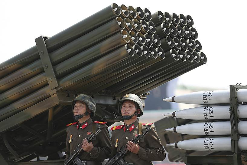 Тогда же в Желтом море начались учения ВМС США и Южной Кореи. Их целью была заявлена «подготовка к предотвращению проникновения вражеских подводных лодок». Власти КНДР назвали маневры не иначе как «враждебной акцией и военной провокацией»
