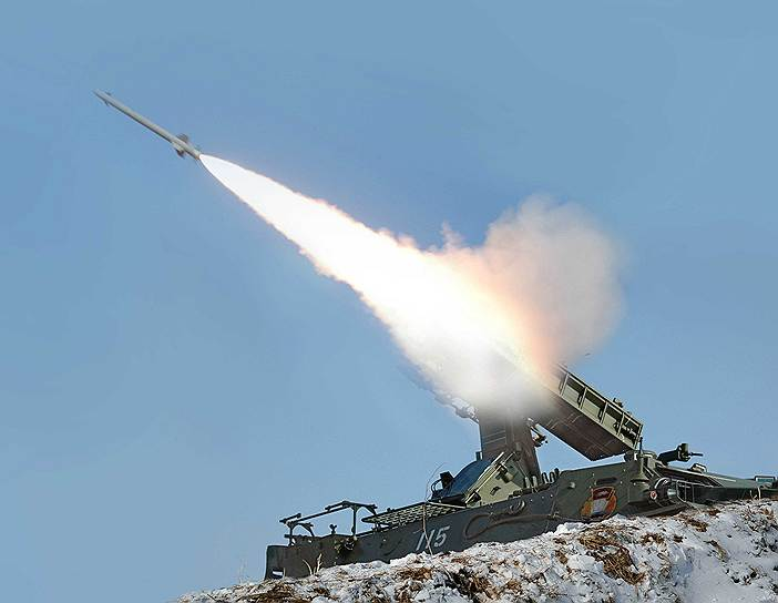 На случай нападения со стороны КНДР в Вашингтоне и Сеуле, по данным The New York Times, разработали несколько сценариев. Если КНДР подвергнет артобстрелу территорию Южной Кореи, с Юга последует ответный артиллерийский удар такой же силы. Если же КНДР запустит ракету, которая будет нацелена на Южную Корею, Японию или американский Гуам, ее попытаются сбить в первые секунды полета. Если же ракета улетит в море, сбивать ее не будут