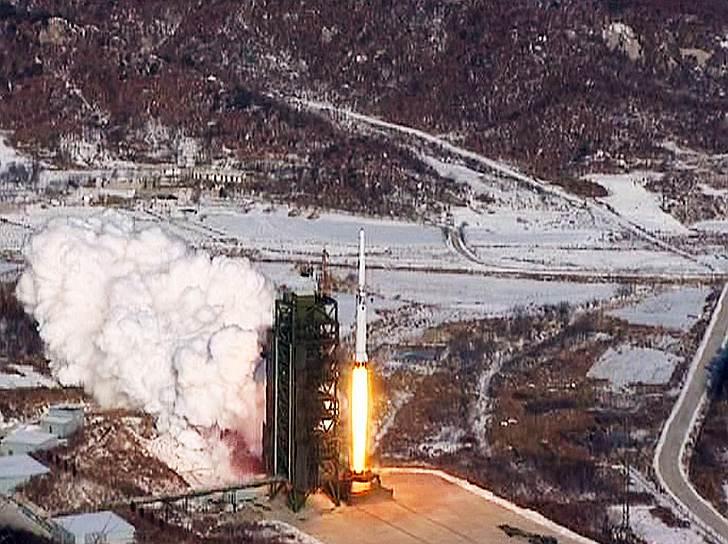 Именно поэтому Пхеньян не может расстаться со своей ядерной и ракетной программами. Ведь это единственные более или менее масштабные проекты, с которыми можно связать имя Ким Чон Ына