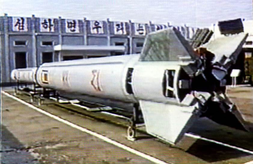Угроза применения силы — излюбленный способ всех северокорейских правителей просить и получать экономическую, финансовую и продовольственную помощь из-за рубежа. Испытания ракет и ядерные испытания очевидным образом испугали и разозлили всех соседей Северной Кореи. Ведь особенность северокорейской ракетной программы заключается в том, что, научившись запускать ракеты, в КНДР, похоже, так и не научились контролировать их дальнейший полет. И ракета может упасть на территории любого из соседних государств