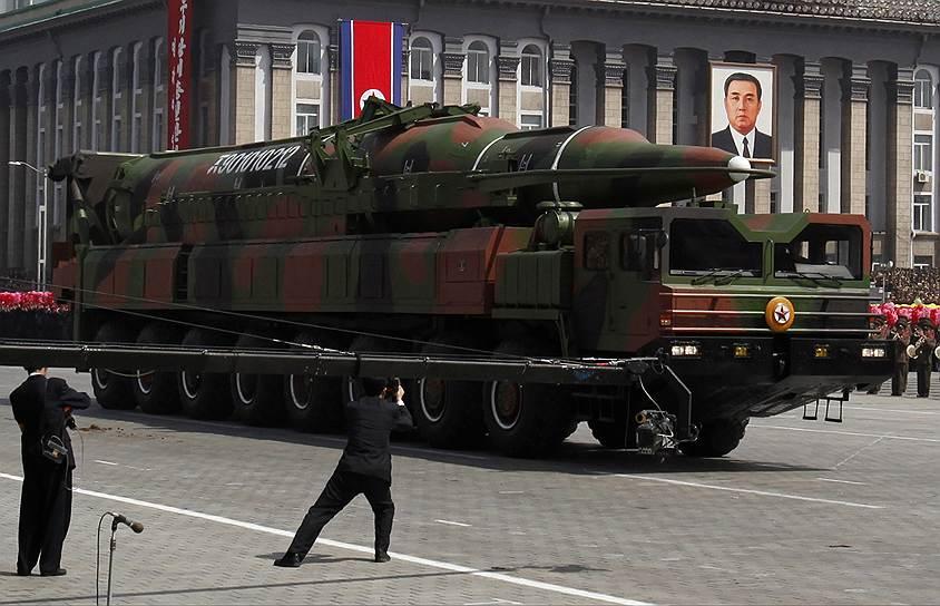 К двум существовавшим столпам северокорейской идеологии — чучхе (придуман Ким Ир Сеном) и сонгун (изобретен Ким Чен Иром) — был добавлен еще один, который приписывается уже Ким Чон Ыну,— политика параллельного развития ядерных сил и народного хозяйства страны