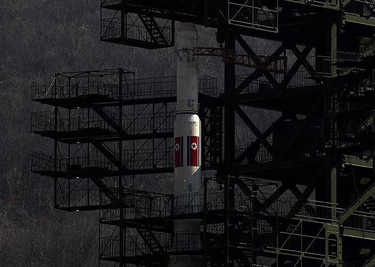 В апреле 2012 года военные КНДР совершили запуск ракеты «Ынха-3» («Млечный путь»), приуроченный к столетию со дня рождения основателя страны Ким Ир Сена. Пуск оказался неудачным: ракета развалилась и упала в океан спустя несколько минут после старта