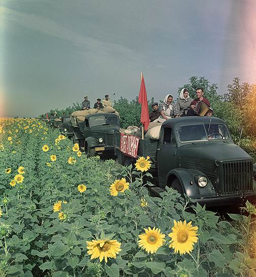 4 мая 1935 года Сталин изложил очередную установку партии: «Техника во главе с людьми, овладевшими техникой, может и должна дать чудеса. Если бы на наших первоклассных заводах и фабриках, в наших совхозах и колхозах, в нашей Красной Армии имелось достаточное количество кадров, способных оседлать эту технику, страна наша получила бы эффекта втрое, вчетверо больше, чем она имеет теперь»